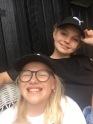 Meg og Oda med matchende capser